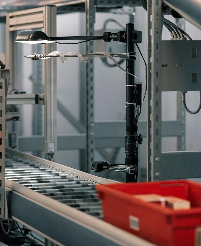 LogVision KI mit ankommender Wanne auf einer Förderstrecke
